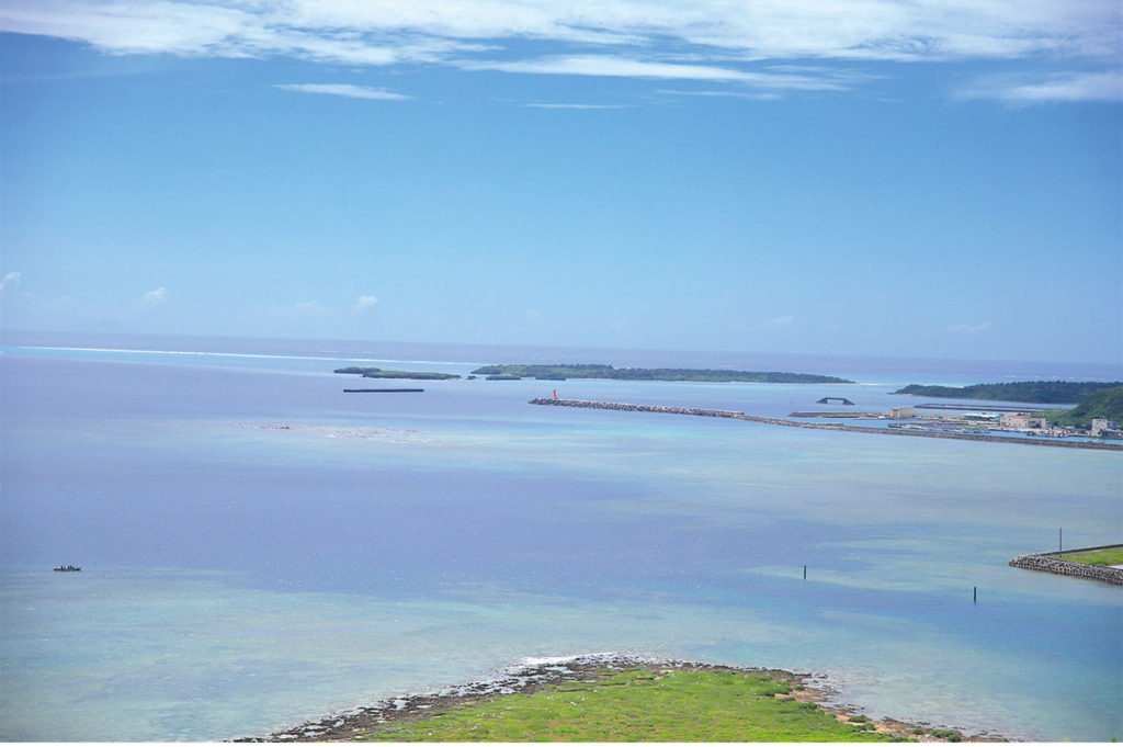 ハテの浜を望む久米島東部の絶景