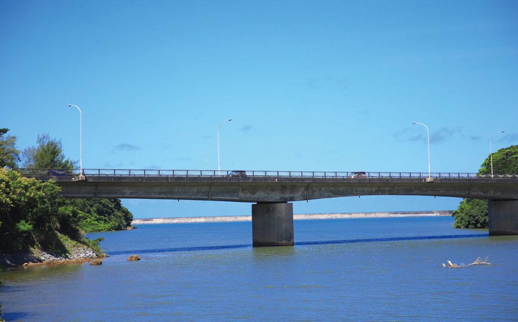 青空と橋のコントラスト