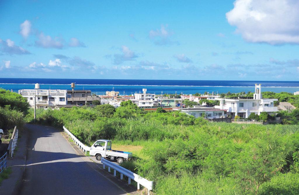 海と港町が広がる風景